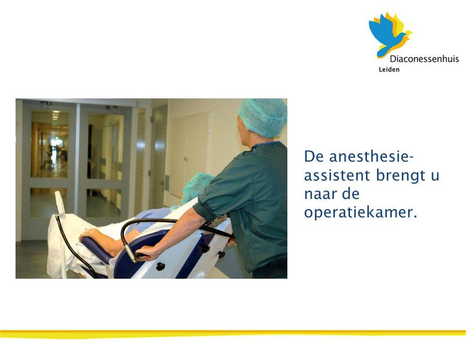 De anesthesie- assistent brengt u naar de operatiekamer.