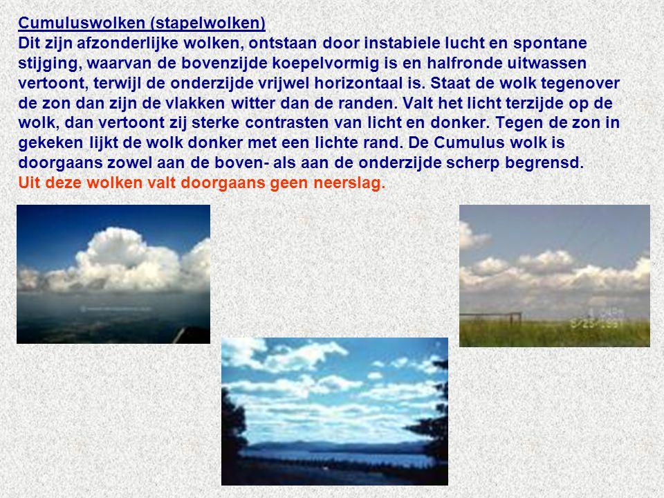 Cumuluswolken (stapelwolken) Dit zijn afzonderlijke wolken, ontstaan door instabiele lucht en spontane stijging, waarvan de bovenzijde koepelvormig is en halfronde uitwassen vertoont, terwijl de onderzijde vrijwel horizontaal is.