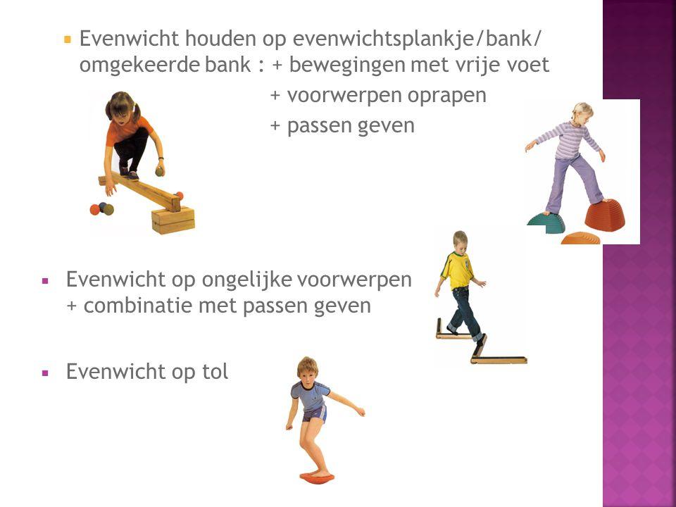 Evenwicht houden op evenwichtsplankje/bank/ omgekeerde bank : + bewegingen met vrije voet
