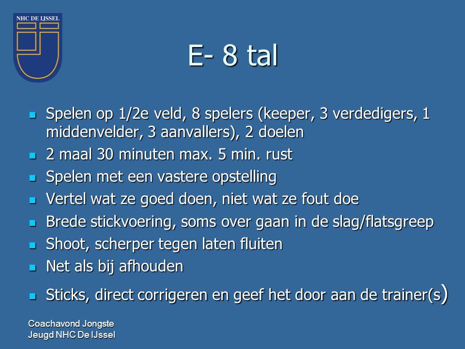 E- 8 tal Spelen op 1/2e veld, 8 spelers (keeper, 3 verdedigers, 1 middenvelder, 3 aanvallers), 2 doelen.