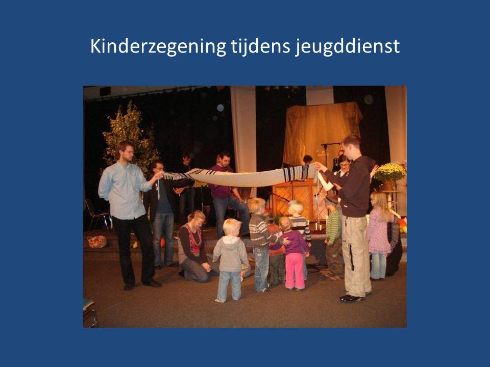 Kinderzegening tijdens jeugddienst