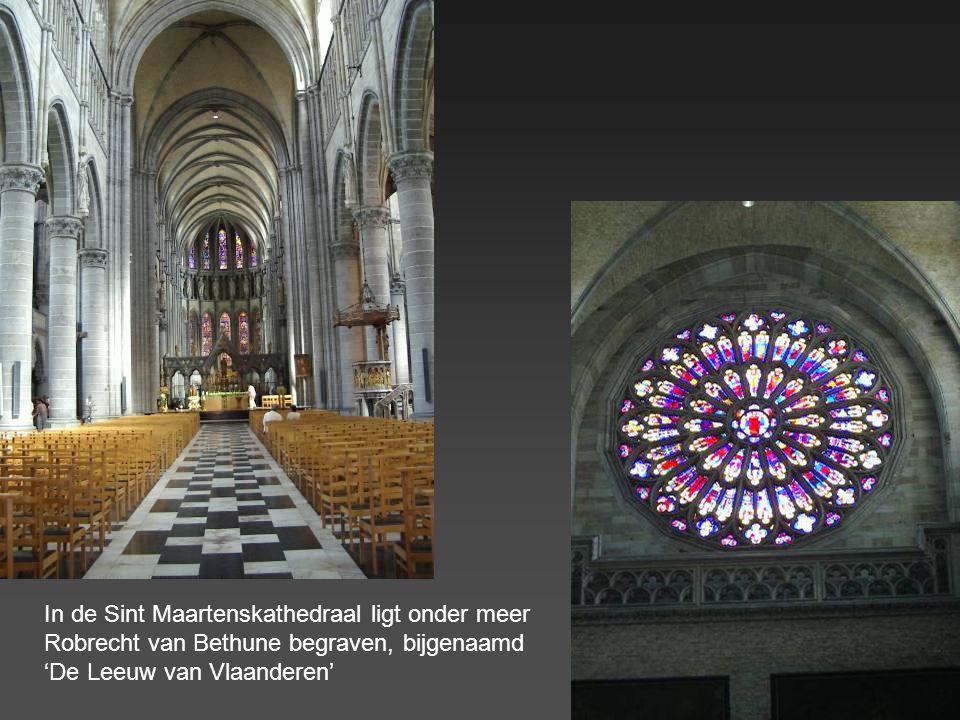In de Sint Maartenskathedraal ligt onder meer Robrecht van Bethune begraven, bijgenaamd 'De Leeuw van Vlaanderen'