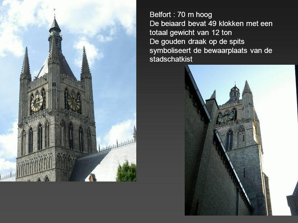 Belfort : 70 m hoog De beiaard bevat 49 klokken met een totaal gewicht van 12 ton.