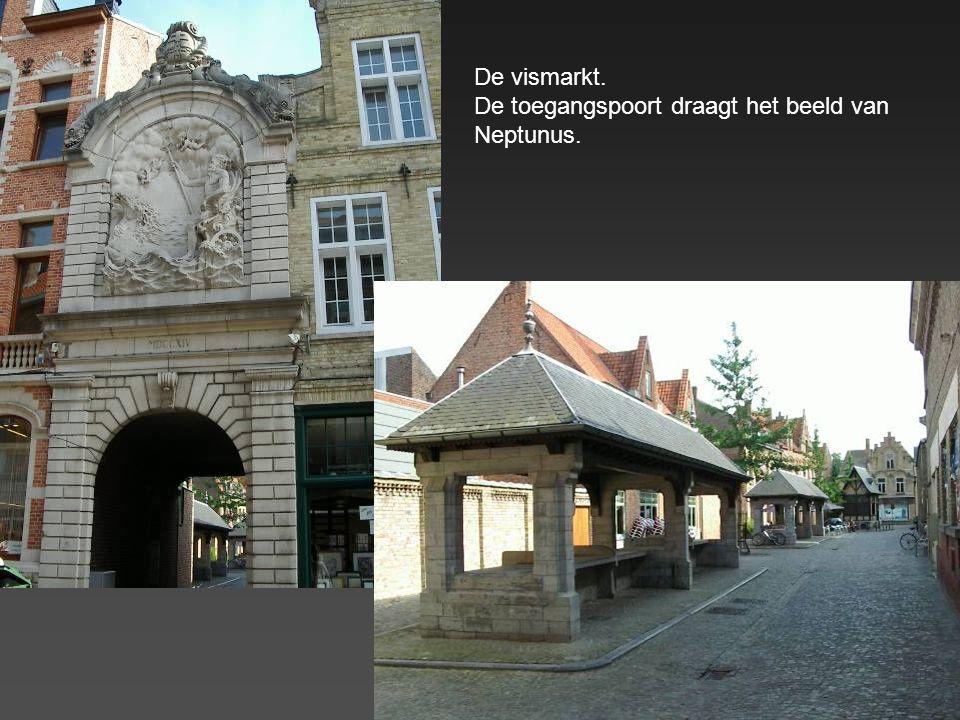 De vismarkt. De toegangspoort draagt het beeld van Neptunus.
