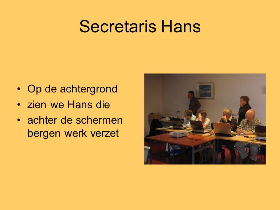 Secretaris Hans Op de achtergrond zien we Hans die
