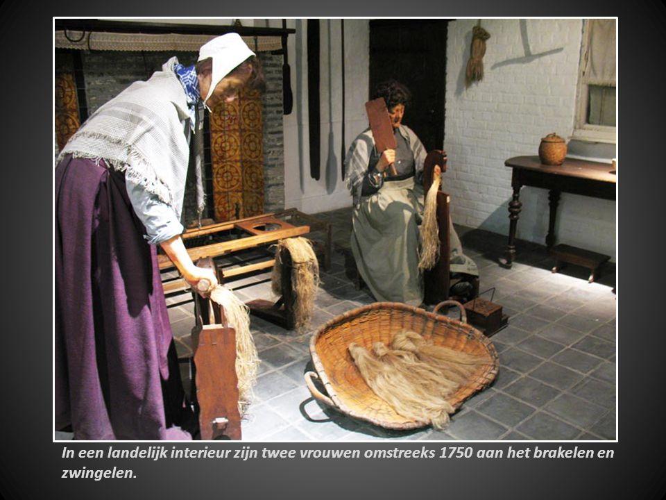 In een landelijk interieur zijn twee vrouwen omstreeks 1750 aan het brakelen en zwingelen.