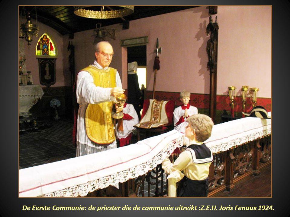 De Eerste Communie: de priester die de communie uitreikt :Z. E. H
