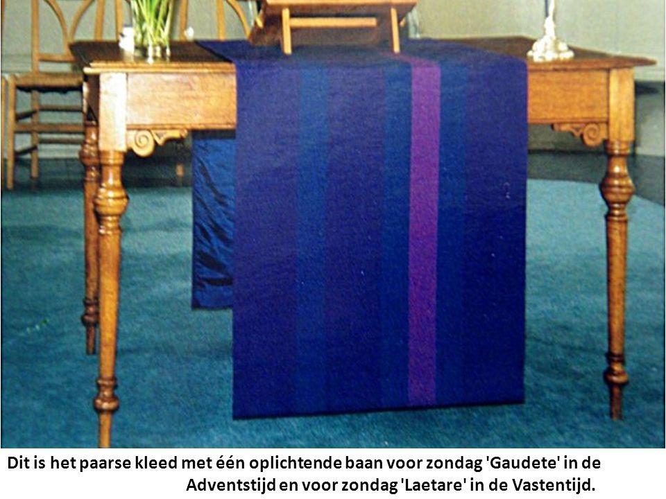 Dit is het paarse kleed met één oplichtende baan voor zondag Gaudete in de Adventstijd en voor zondag Laetare in de Vastentijd.