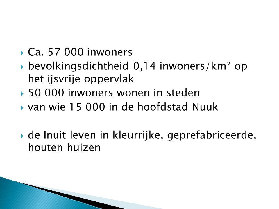 Ca. 57 000 inwoners bevolkingsdichtheid 0,14 inwoners/km² op het ijsvrije oppervlak. 50 000 inwoners wonen in steden.