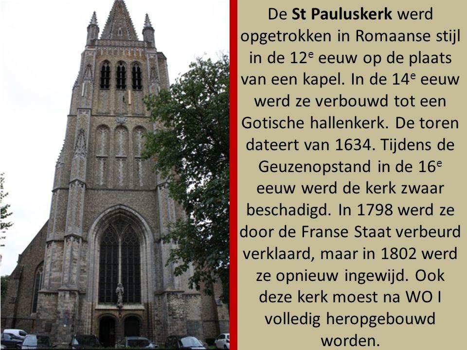 De St Pauluskerk werd opgetrokken in Romaanse stijl in de 12e eeuw op de plaats van een kapel. In de 14e eeuw werd ze verbouwd tot een Gotische hallenkerk. De toren dateert van 1634. Tijdens de Geuzenopstand in de 16e eeuw werd de kerk zwaar beschadigd. In 1798 werd ze door de Franse Staat verbeurd verklaard, maar in 1802 werd ze opnieuw ingewijd. Ook deze kerk moest na WO I volledig heropgebouwd