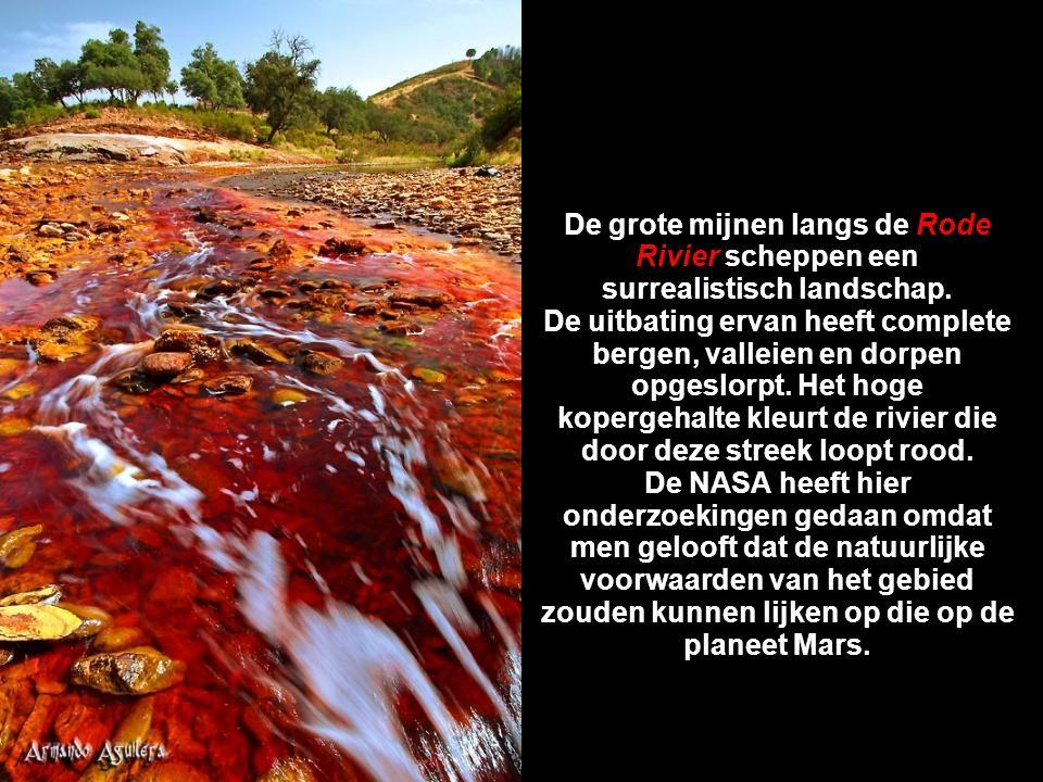 De grote mijnen langs de Rode Rivier scheppen een surrealistisch landschap.