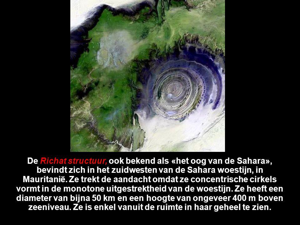 De Richat structuur, ook bekend als «het oog van de Sahara», bevindt zich in het zuidwesten van de Sahara woestijn, in Mauritanië.