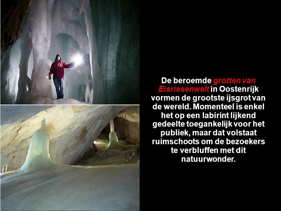 De beroemde grotten van Eisriesenwelt in Oostenrijk vormen de grootste ijsgrot van de wereld.