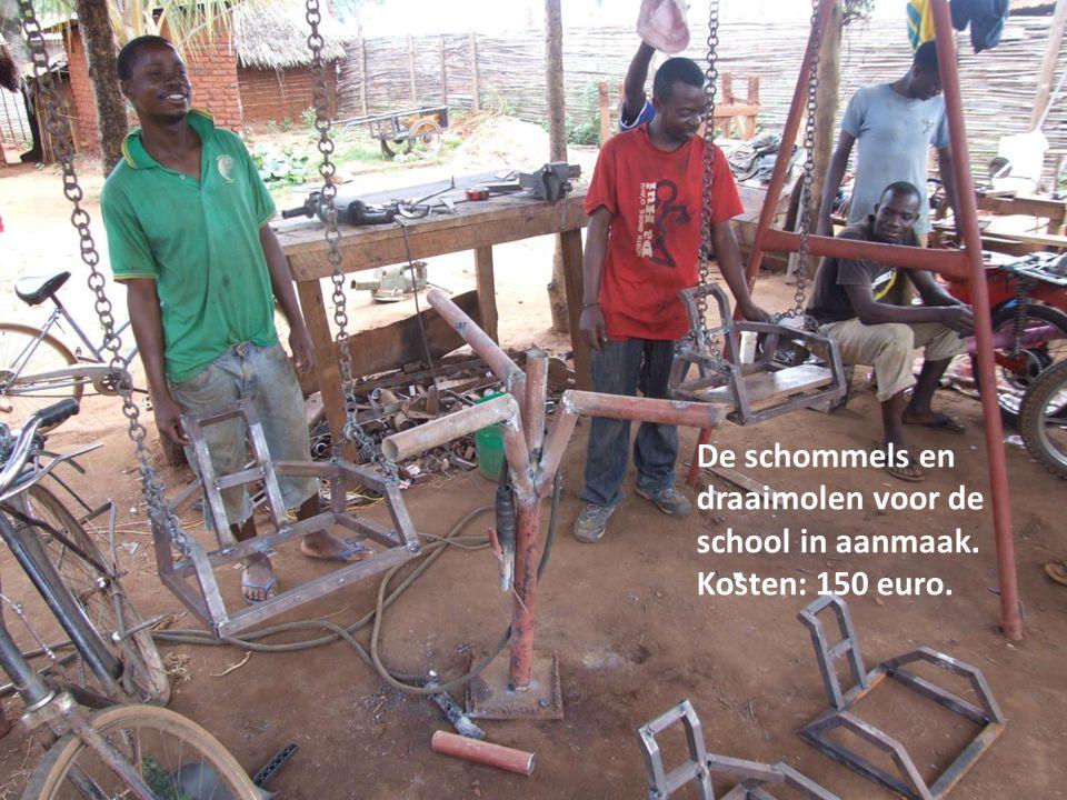 De schommels en draaimolen voor de school in aanmaak. Kosten: 150 euro.