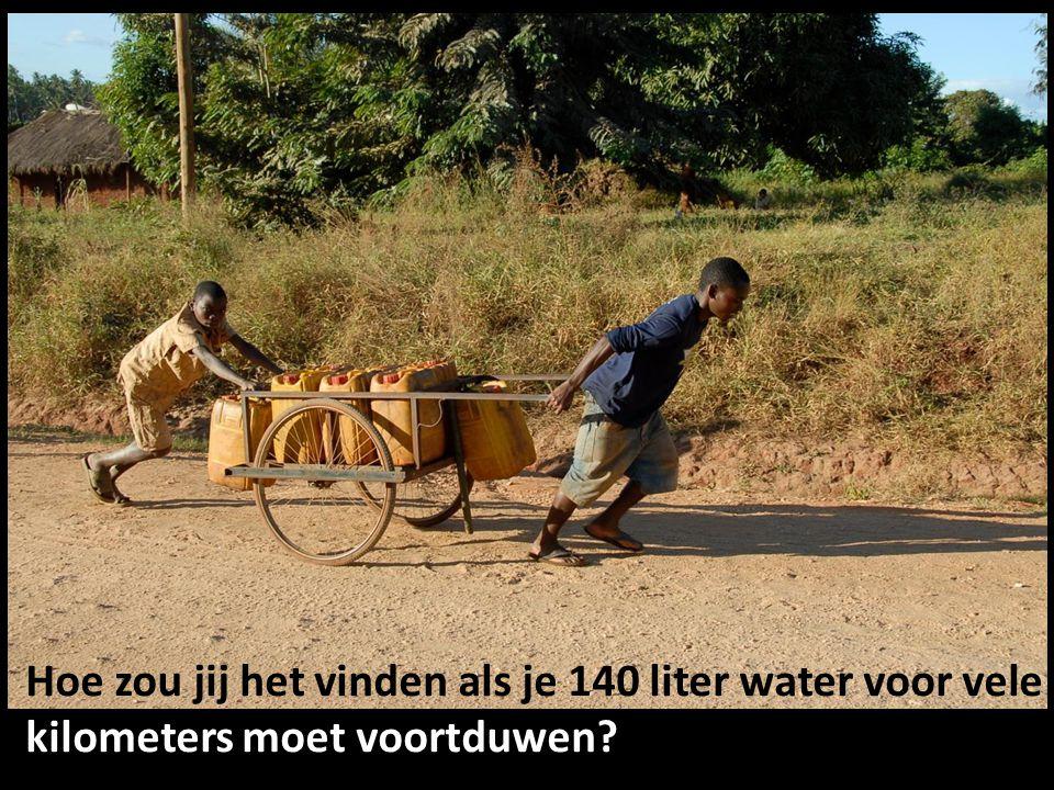 Hoe zou jij het vinden als je 140 liter water voor vele kilometers moet voortduwen