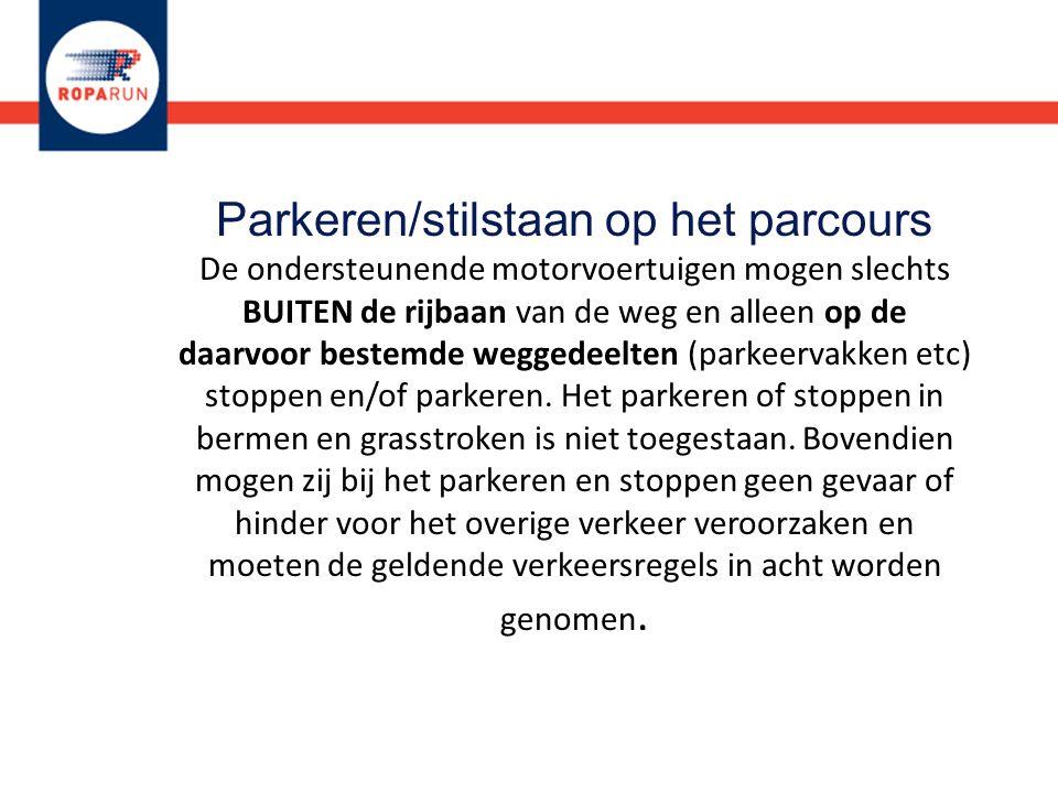 Parkeren/stilstaan op het parcours De ondersteunende motorvoertuigen mogen slechts BUITEN de rijbaan van de weg en alleen op de daarvoor bestemde weggedeelten (parkeervakken etc) stoppen en/of parkeren.