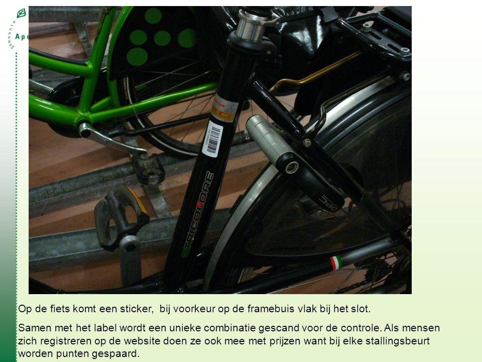 Op de fiets komt een sticker, bij voorkeur op de framebuis vlak bij het slot.