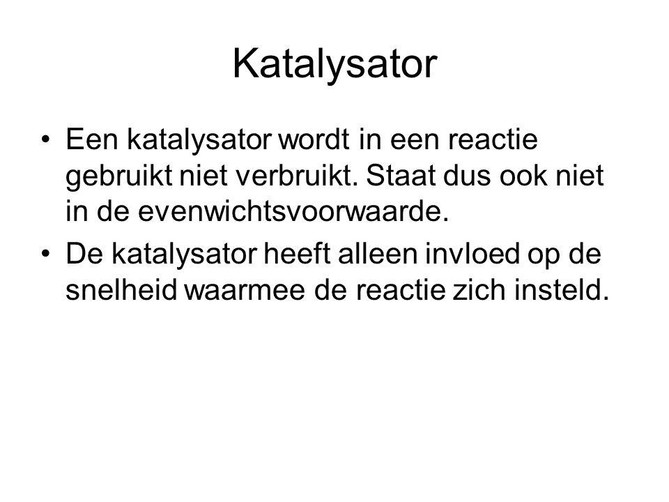 Katalysator Een katalysator wordt in een reactie gebruikt niet verbruikt. Staat dus ook niet in de evenwichtsvoorwaarde.