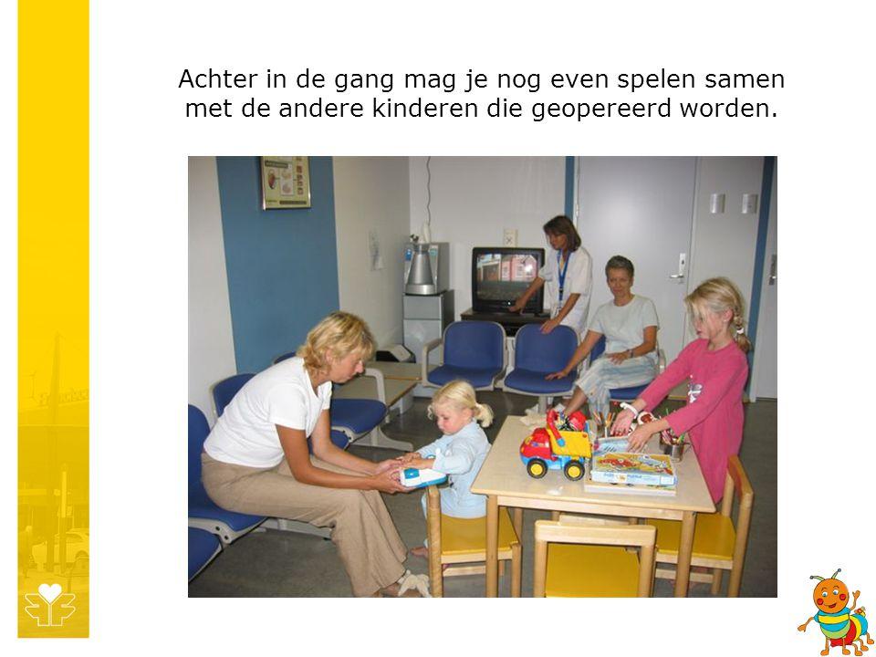 Achter in de gang mag je nog even spelen samen met de andere kinderen die geopereerd worden.