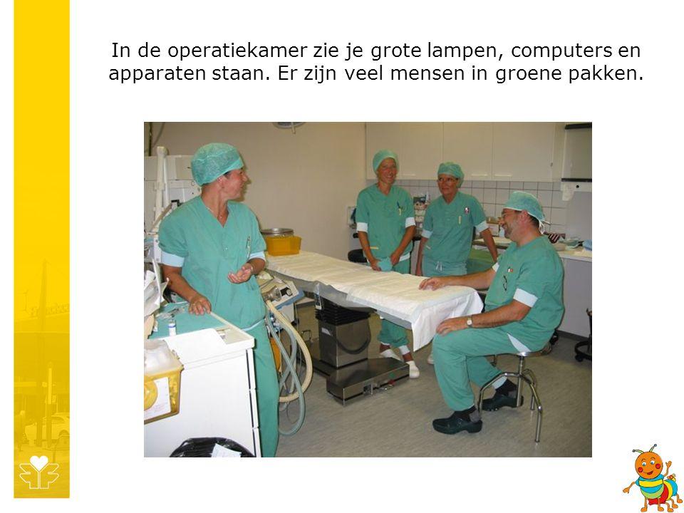 In de operatiekamer zie je grote lampen, computers en apparaten staan