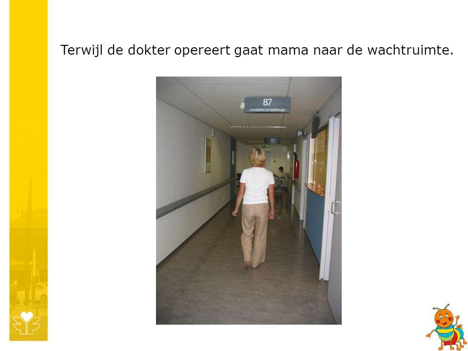 Terwijl de dokter opereert gaat mama naar de wachtruimte.
