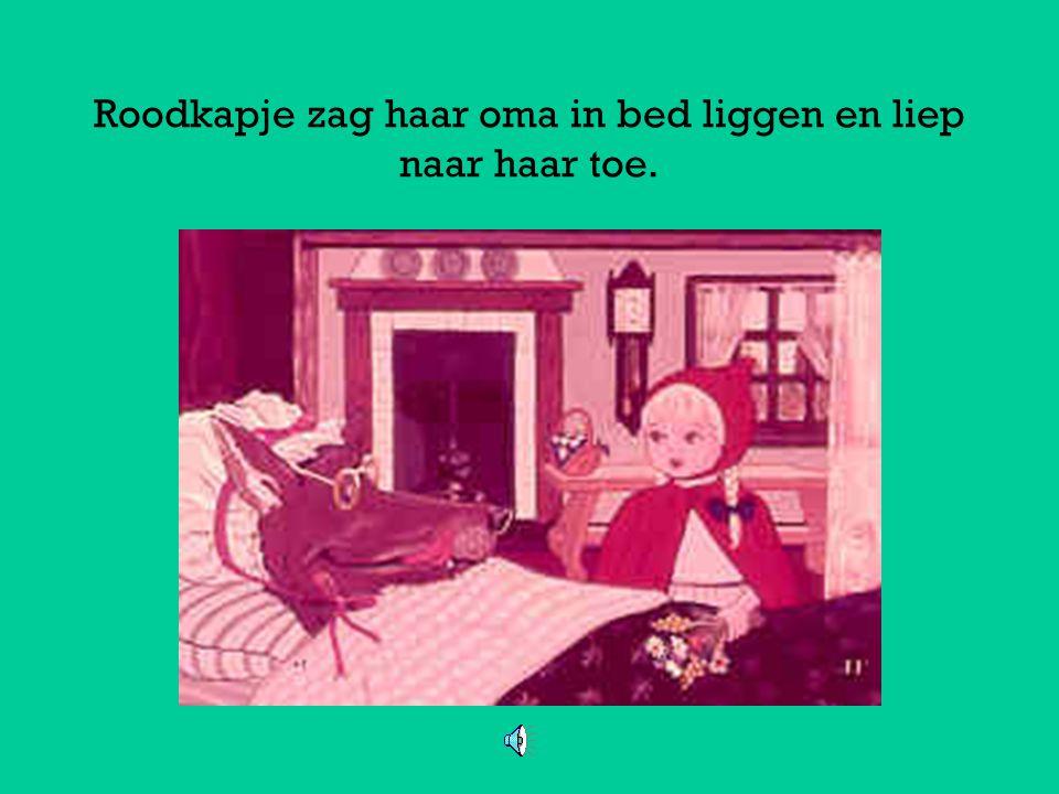 Roodkapje zag haar oma in bed liggen en liep naar haar toe.
