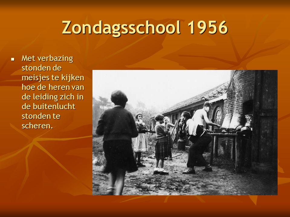 Zondagsschool 1956 Met verbazing stonden de meisjes te kijken hoe de heren van de leiding zich in de buitenlucht stonden te scheren.