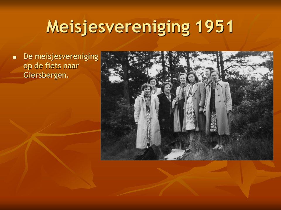 Meisjesvereniging 1951 De meisjesvereniging op de fiets naar Giersbergen.