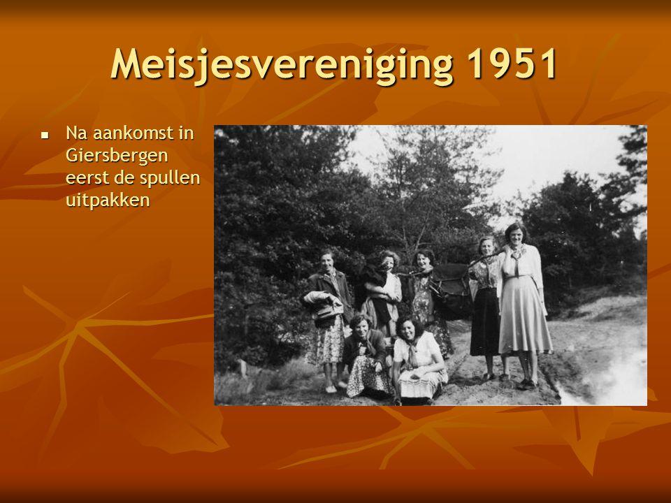 Meisjesvereniging 1951 Na aankomst in Giersbergen eerst de spullen uitpakken