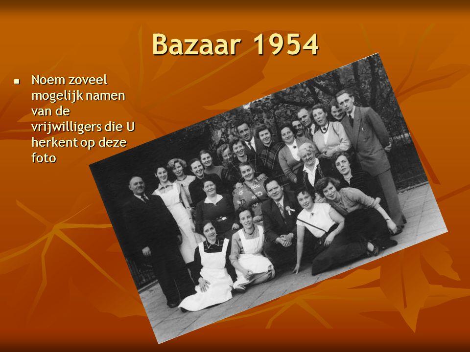 Bazaar 1954 Noem zoveel mogelijk namen van de vrijwilligers die U herkent op deze foto