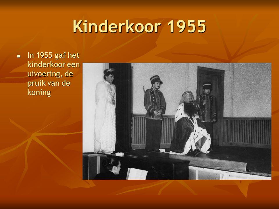 Kinderkoor 1955 In 1955 gaf het kinderkoor een uivoering, de pruik van de koning