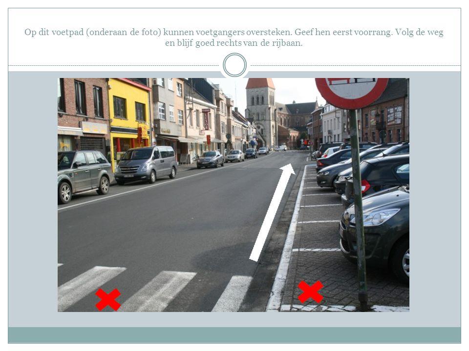 Op dit voetpad (onderaan de foto) kunnen voetgangers oversteken