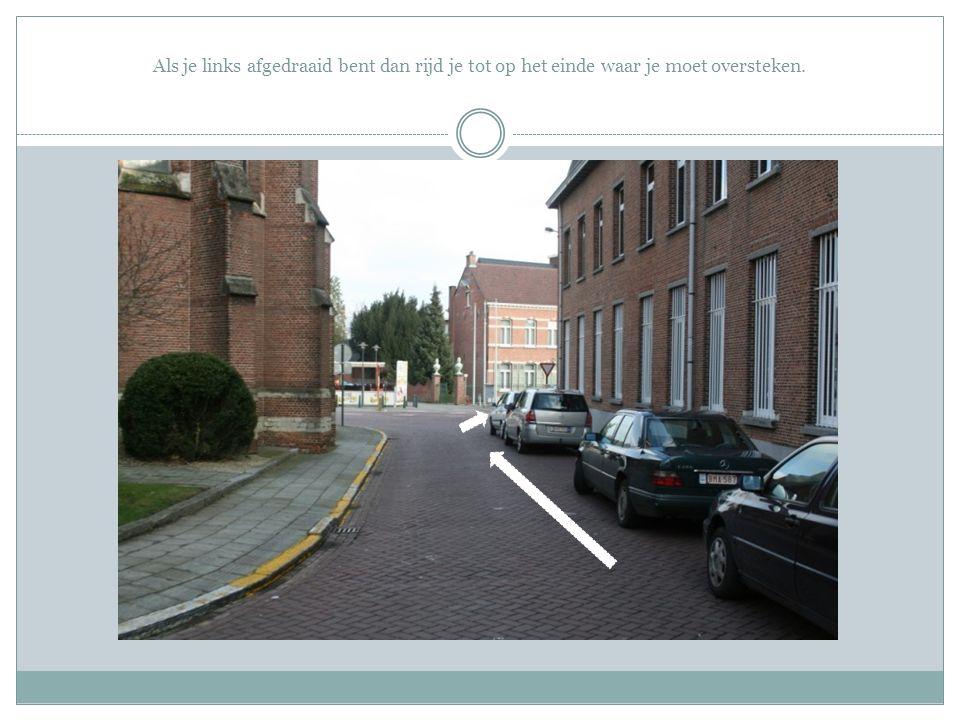Als je links afgedraaid bent dan rijd je tot op het einde waar je moet oversteken.
