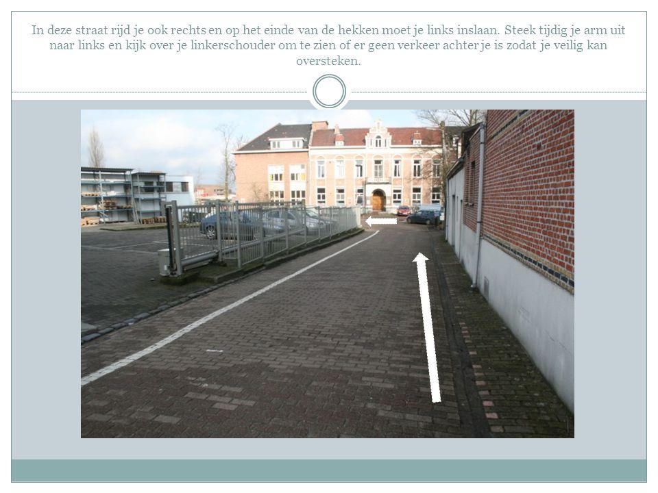 In deze straat rijd je ook rechts en op het einde van de hekken moet je links inslaan.