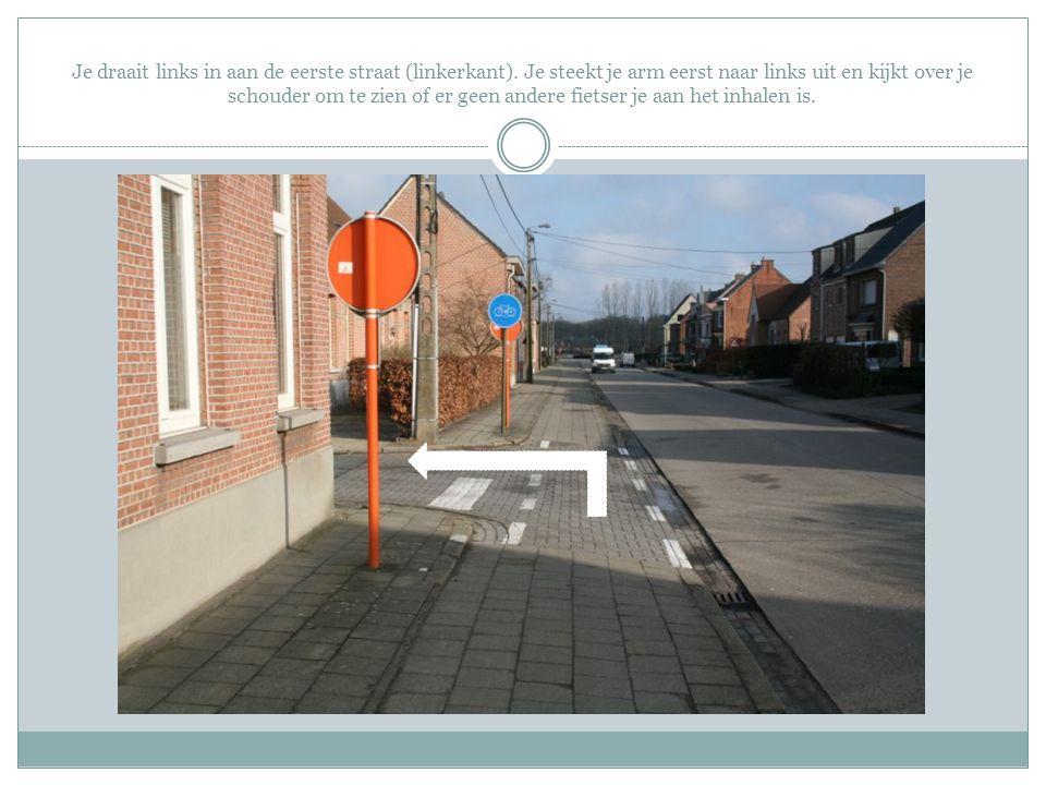 Je draait links in aan de eerste straat (linkerkant)