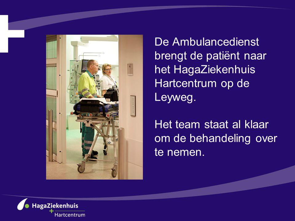 De Ambulancedienst brengt de patiënt naar het HagaZiekenhuis Hartcentrum op de Leyweg.