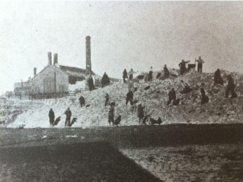 …en vervolgens werd het afval buiten de stad op een grote vuilnisbelt gestort. (Den Haag, 1932)