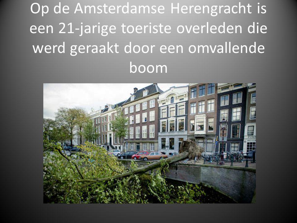 Op de Amsterdamse Herengracht is een 21-jarige toeriste overleden die werd geraakt door een omvallende boom