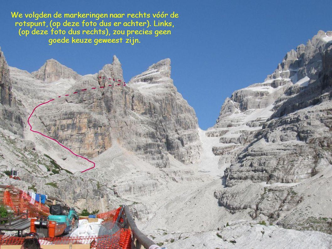 We volgden de markeringen naar rechts vóór de rotspunt, (op deze foto dus er achter).