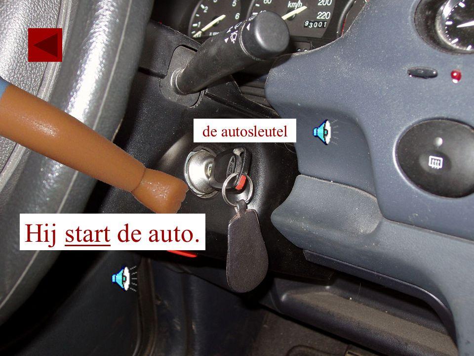 de autosleutel Hij start de auto.