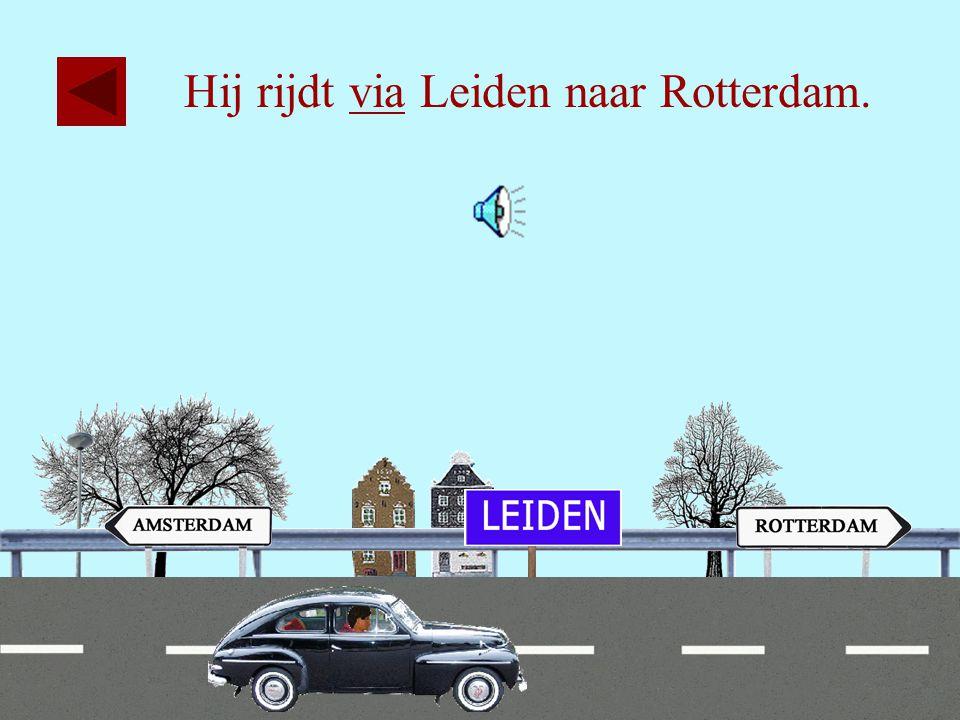 Hij rijdt via Leiden naar Rotterdam.