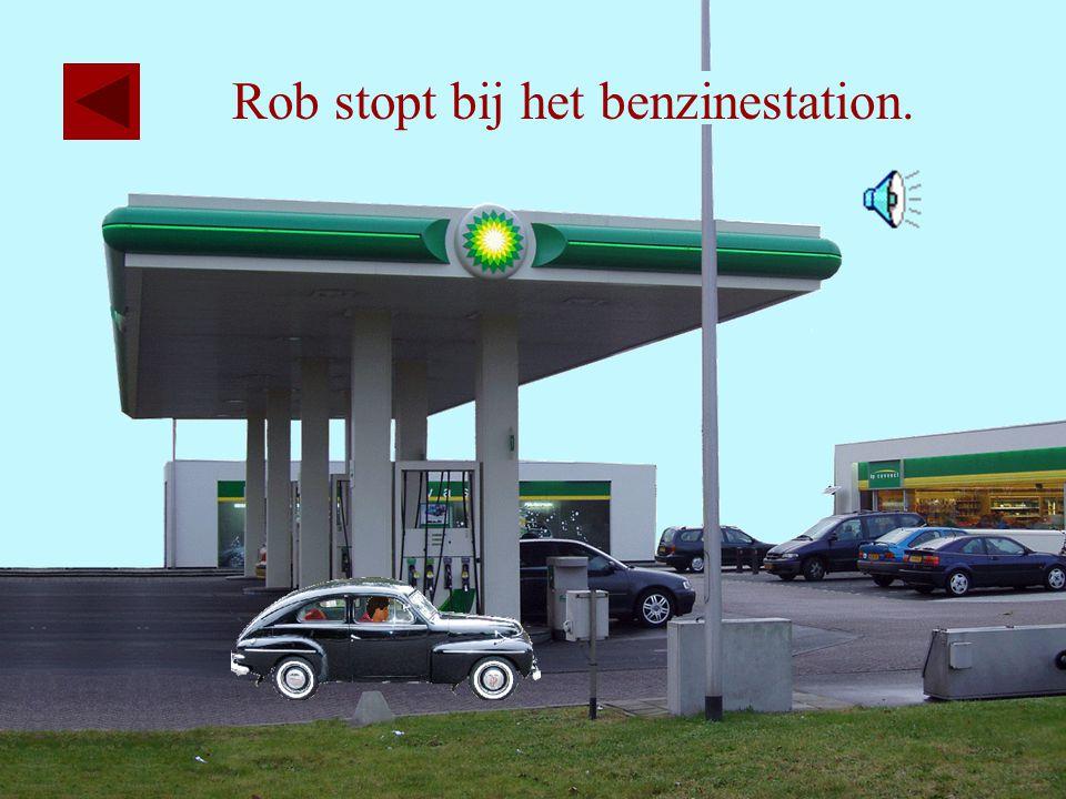 Rob stopt bij het benzinestation.