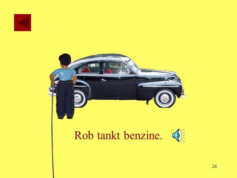 Rob tankt benzine.