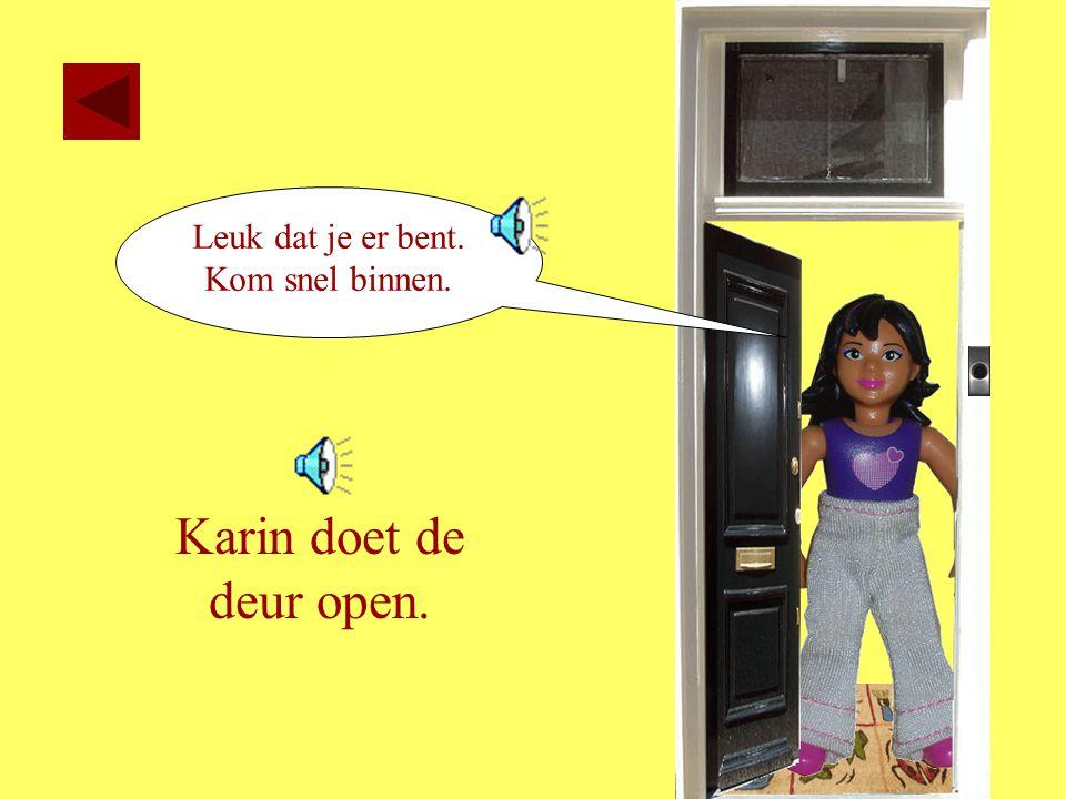 Leuk dat je er bent. Kom snel binnen. Karin doet de deur open.