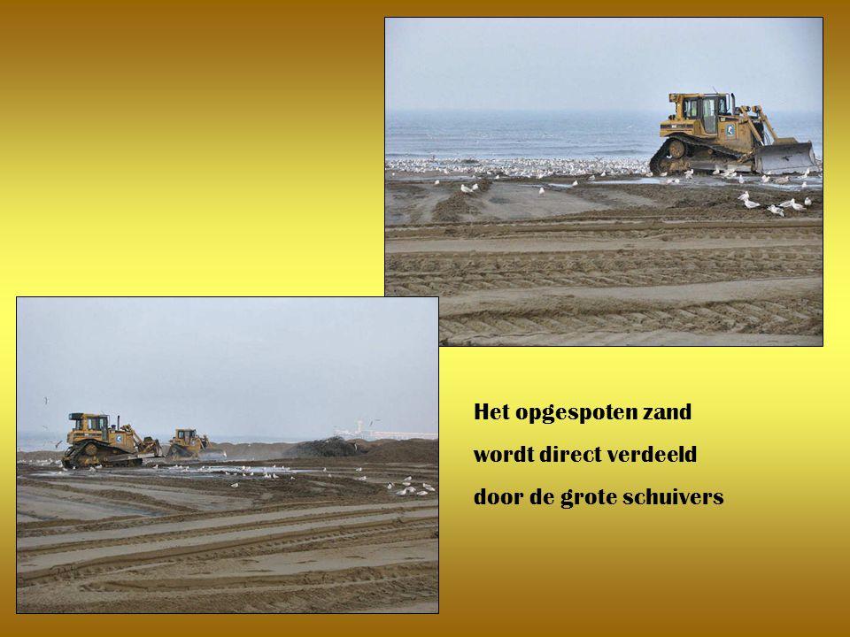 Het opgespoten zand wordt direct verdeeld door de grote schuivers