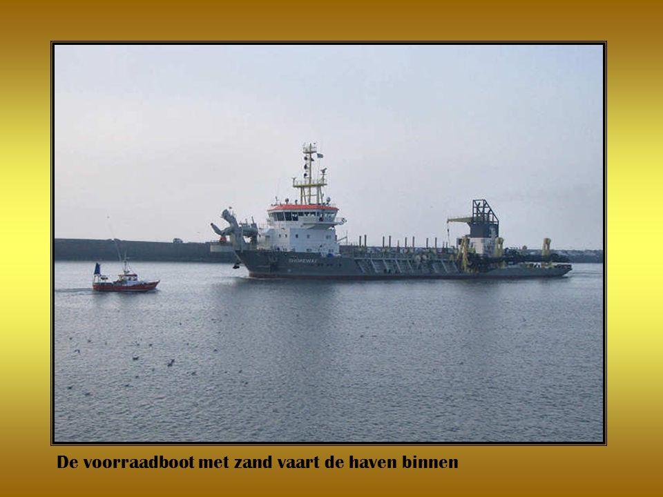 De voorraadboot met zand vaart de haven binnen