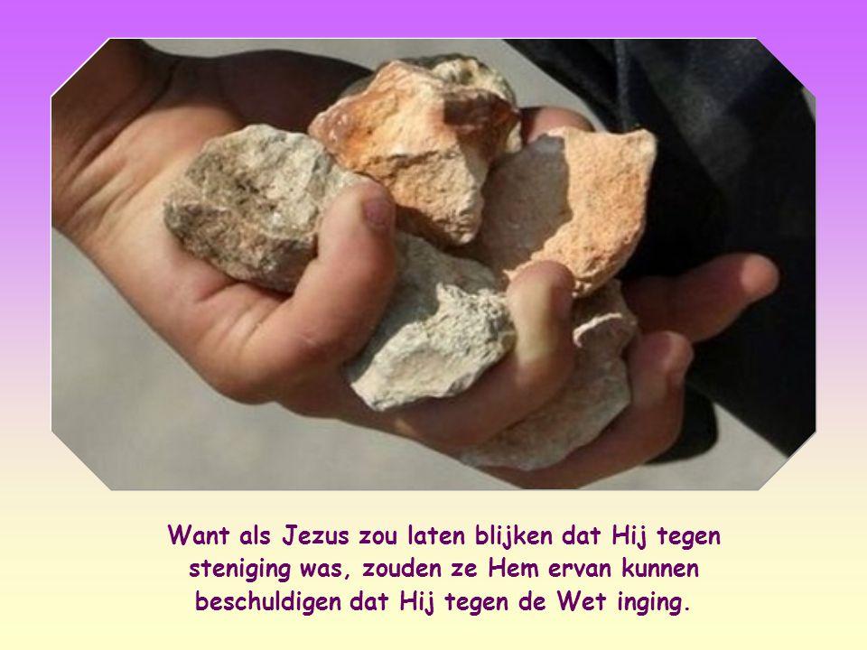 Want als Jezus zou laten blijken dat Hij tegen steniging was, zouden ze Hem ervan kunnen beschuldigen dat Hij tegen de Wet inging.