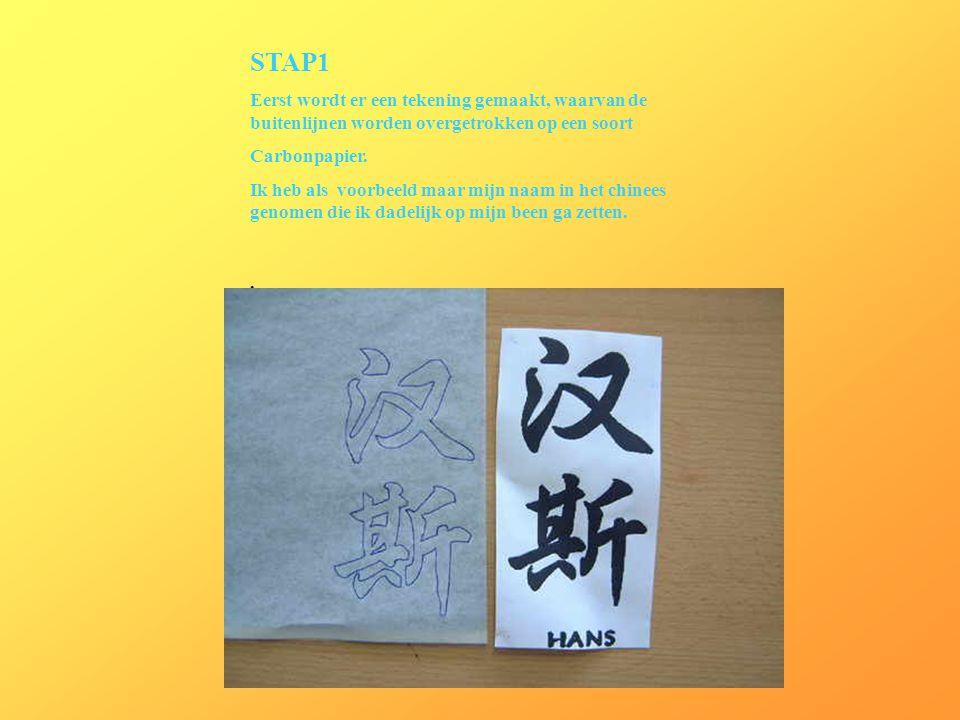 STAP1 Eerst wordt er een tekening gemaakt, waarvan de buitenlijnen worden overgetrokken op een soort.