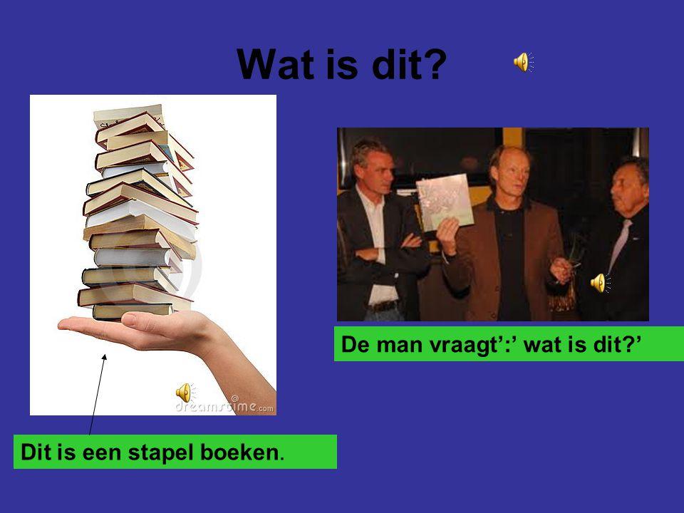 Wat is dit De man vraagt':' wat is dit ' Dit is een stapel boeken.