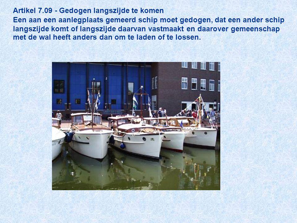 Artikel 7.09 - Gedogen langszijde te komen Een aan een aanlegplaats gemeerd schip moet gedogen, dat een ander schip langszijde komt of langszijde daarvan vastmaakt en daarover gemeenschap met de wal heeft anders dan om te laden of te lossen.